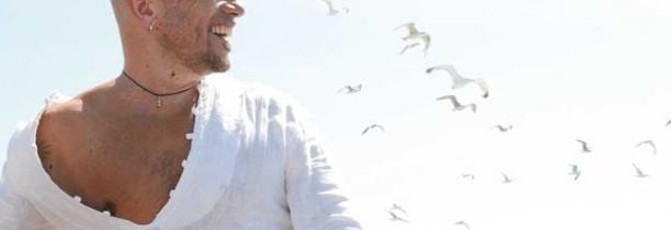 """Pascal Obispo présente son vidéoclip """"Arigatô"""" mettant en vedette Daniel Auteuil"""